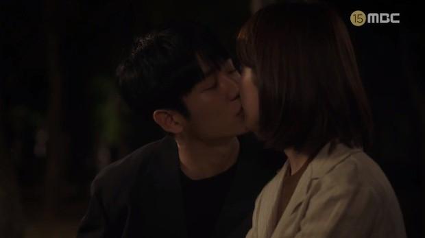 Đêm Xuân tập 9: Han Ji Min nựng môi trai đẹp, nổi cơn tanh bành khi crush bị bồ cũ khẩu nghiệp - Ảnh 7.
