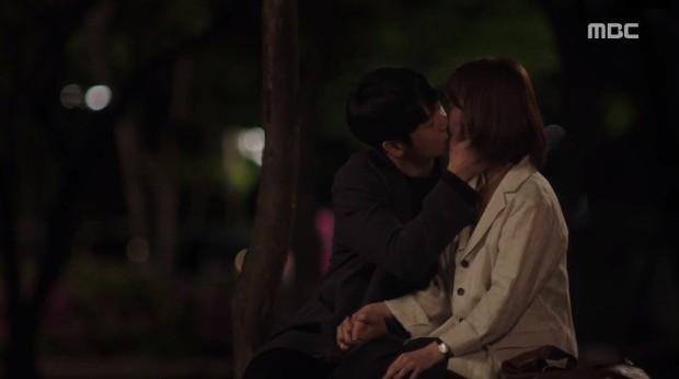 Đêm Xuân tập 9: Han Ji Min nựng môi trai đẹp, nổi cơn tanh bành khi crush bị bồ cũ khẩu nghiệp - Ảnh 8.