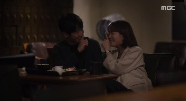 Đêm Xuân tập 9: Han Ji Min nựng môi trai đẹp, nổi cơn tanh bành khi crush bị bồ cũ khẩu nghiệp - Ảnh 9.