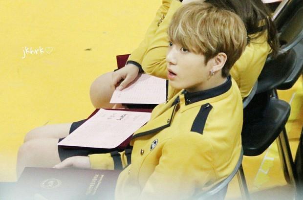 Muôn kiểu sao Hàn gây náo loạn khi đến trường: Sương sương đi học, đi thi thôi mà như dự sự kiện, đẹp tựa cảnh phim - Ảnh 33.