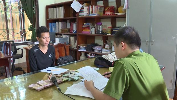 Lời khai của nghi phạm một tay dao, một tay súng nhựa vào ngân hàng ở Phú Thọ cướp hơn 500 triệu đồng - Ảnh 1.