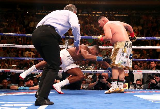 Nhà vô địch sở hữu body cực khủng bị gã béo đấm chảy máu mũi, nhận thất bại gây sốc với toàn thế giới - Ảnh 7.