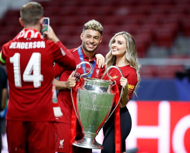 Cao thủ không bằng tranh thủ: Nhân dịp vô địch Champions League, sao Liverpool khoe luôn cô người yêu xinh như thiên thần - Ảnh 1.