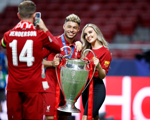 Cao thủ không bằng tranh thủ: Nhân dịp vô địch Champions League, sao Liverpool khoe luôn cô người yêu xinh như thiên thần - Ảnh 2.