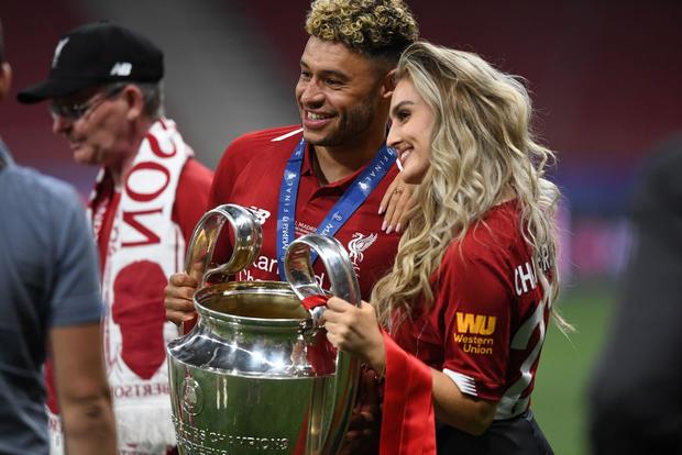 Cao thủ không bằng tranh thủ: Nhân dịp vô địch Champions League, sao Liverpool khoe luôn cô người yêu xinh như thiên thần - Ảnh 3.