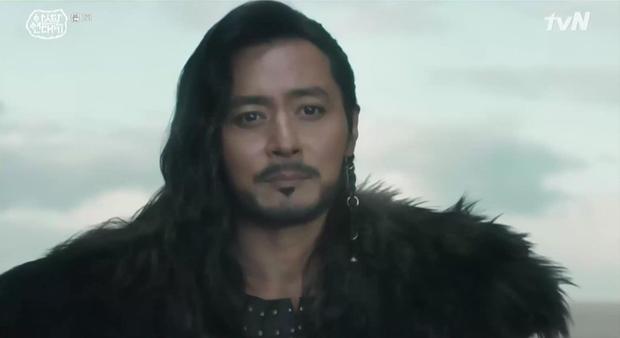 Song Joong Ki bị Kim Ji Won lấy đá chọi đầu, lộ diện là thế hệ đầu của thần tượng Kpop ngay Niên sử ký Arthdal tập 2 - Ảnh 1.