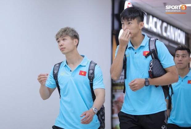 Bị trêu mang cả Hàn Quốc trở về, Công Phượng gặp rắc rối ở sân bay Bangkok - Ảnh 10.