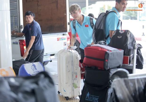 Bị trêu mang cả Hàn Quốc trở về, Công Phượng gặp rắc rối ở sân bay Bangkok - Ảnh 2.