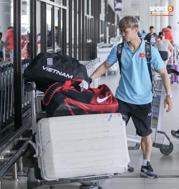 Bị trêu mang cả Hàn Quốc trở về, Công Phượng gặp rắc rối ở sân bay Bangkok - Ảnh 4.