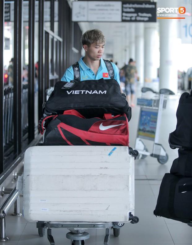 Bị trêu mang cả Hàn Quốc trở về, Công Phượng gặp rắc rối ở sân bay Bangkok - Ảnh 3.