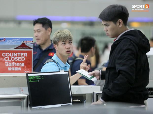 Bị trêu mang cả Hàn Quốc trở về, Công Phượng gặp rắc rối ở sân bay Bangkok - Ảnh 5.