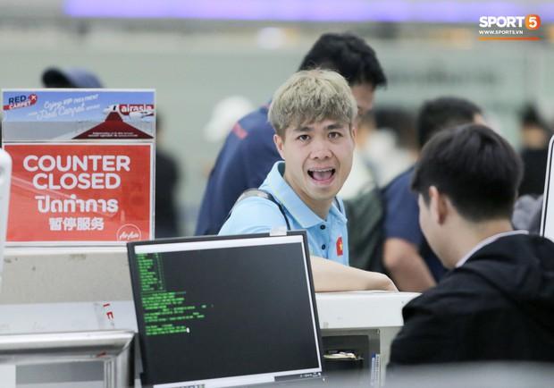 Bị trêu mang cả Hàn Quốc trở về, Công Phượng gặp rắc rối ở sân bay Bangkok - Ảnh 6.