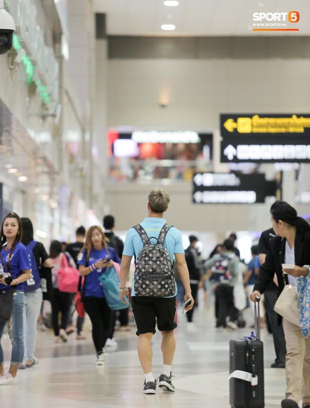 Bị trêu mang cả Hàn Quốc trở về, Công Phượng gặp rắc rối ở sân bay Bangkok - Ảnh 11.