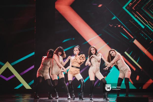 KARD và Ha Sung Woon khiến fan bấn loạn, Chi Pu và Hương Giang đẹp phát hờn bên dàn nghệ sĩ tại show Hàn-Việt - Ảnh 22.