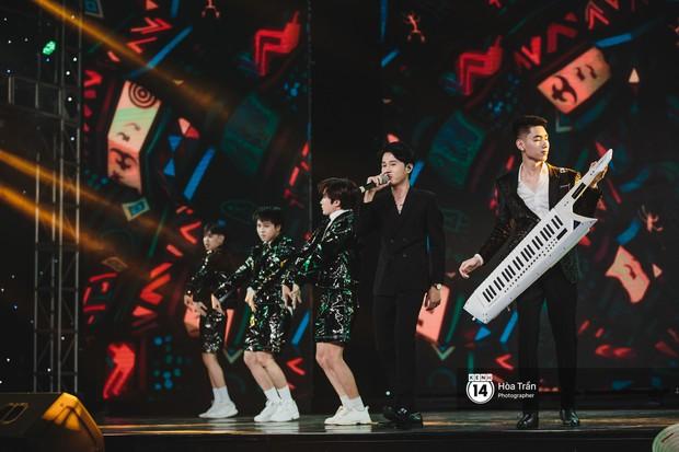 KARD và Ha Sung Woon khiến fan bấn loạn, Chi Pu và Hương Giang đẹp phát hờn bên dàn nghệ sĩ tại show Hàn-Việt - Ảnh 24.