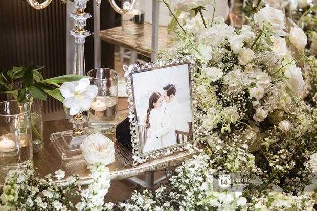 Cận cảnh không gian tiệc cưới sang trọng, ngập tràn hoa tươi của Dương Khắc Linh và Ngọc Duyên - Ảnh 1.