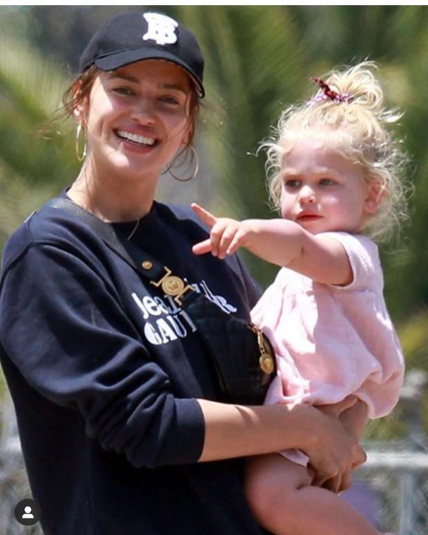 Con gái của tình cũ Ronaldo và tài tử Bradley Cooper gây sốt vì xinh như thiên thần, ra dáng công chúa Hollywood - Ảnh 1.