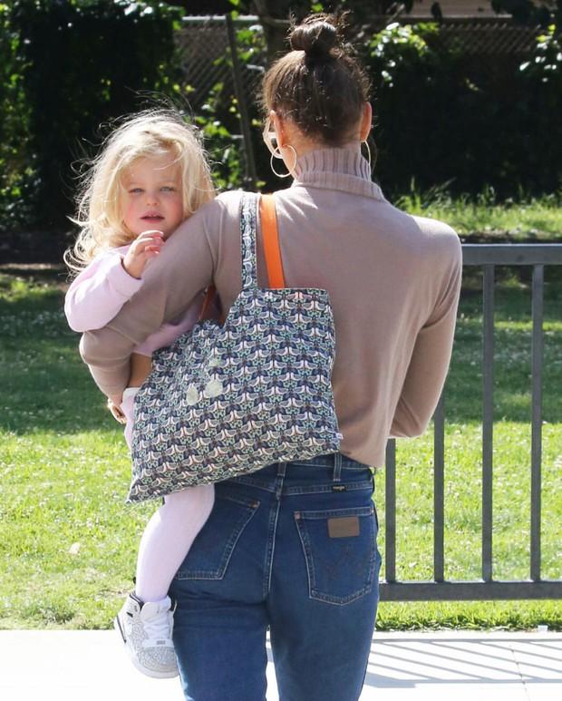 Con gái của tình cũ Ronaldo và tài tử Bradley Cooper gây sốt vì xinh như thiên thần, ra dáng công chúa Hollywood - Ảnh 6.