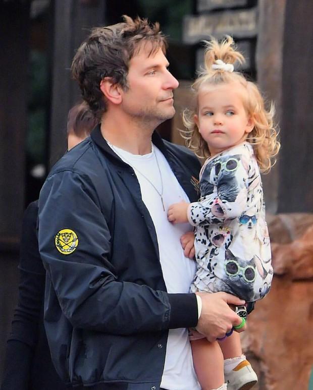 Con gái của tình cũ Ronaldo và tài tử Bradley Cooper gây sốt vì xinh như thiên thần, ra dáng công chúa Hollywood - Ảnh 5.
