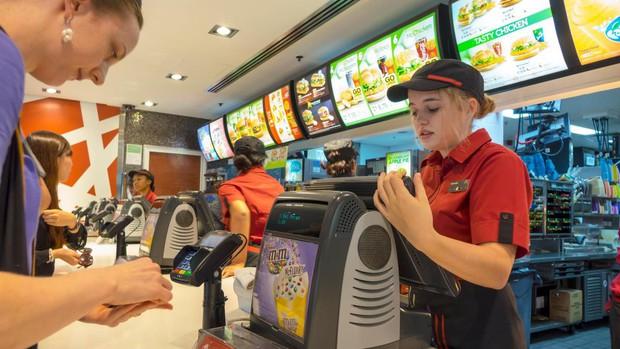 Lên mạng bóc phốt khách hàng, cô gái nhân viên cửa hàng fast food bị dân mạng ném đá: Không lẽ khách hàng phải dạ thưa bạn mới chịu? - Ảnh 2.