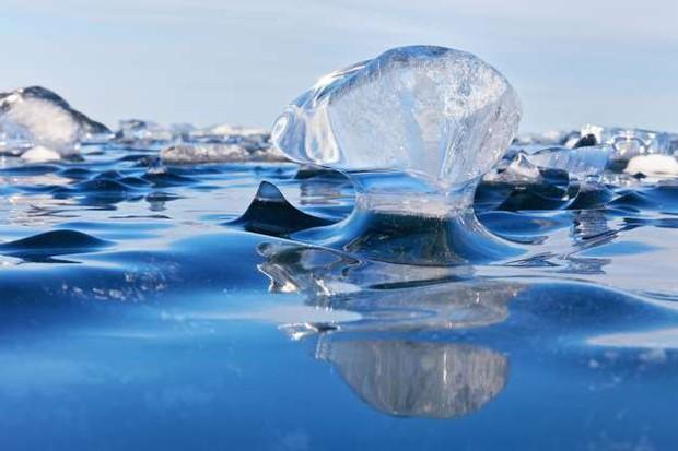 Những hình ảnh đáng kinh ngạc về tạo hình băng trên hồ Baikal - Ảnh 2.