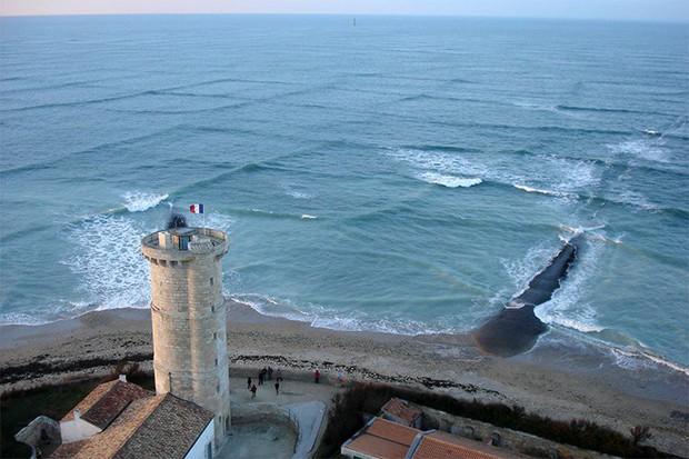 Nếu thấy mặt biển có hình dạng như thế này, hãy tránh ra ngay và luôn kẻo thảm họa xảy ra - Ảnh 2.