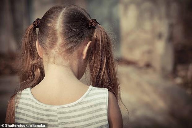 Con rất buồn khi ông làm việc đó: Lá thư của bé gái tố cáo kẻ ấu dâm đội lốt người tốt bụng - Ảnh 1.