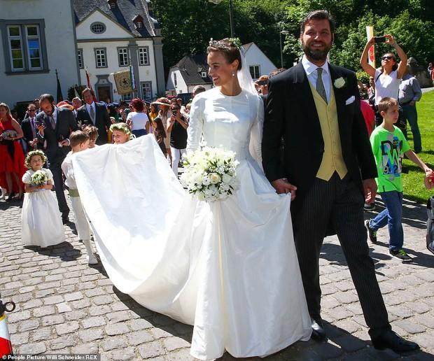 Thêm một Hoàng tử trên thế giới nữa kết hôn khiến bao cô gái tan giấc mộng, cô dâu bị soi chi tiết kém sang với váy cưới thảm họa - Ảnh 1.