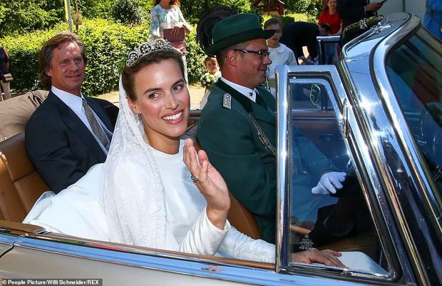 Thêm một Hoàng tử trên thế giới nữa kết hôn khiến bao cô gái tan giấc mộng, cô dâu bị soi chi tiết kém sang với váy cưới thảm họa - Ảnh 2.