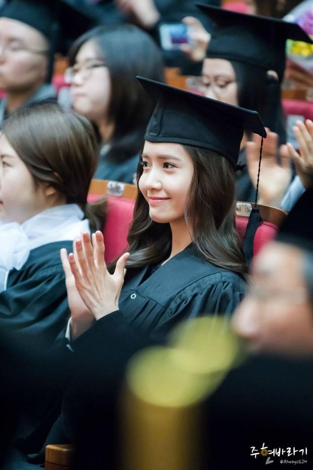 Muôn kiểu sao Hàn gây náo loạn khi đến trường: Sương sương đi học, đi thi thôi mà như dự sự kiện, đẹp tựa cảnh phim - Ảnh 3.
