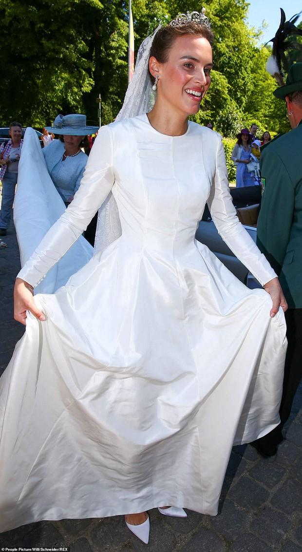 Thêm một Hoàng tử trên thế giới nữa kết hôn khiến bao cô gái tan giấc mộng, cô dâu bị soi chi tiết kém sang với váy cưới thảm họa - Ảnh 3.