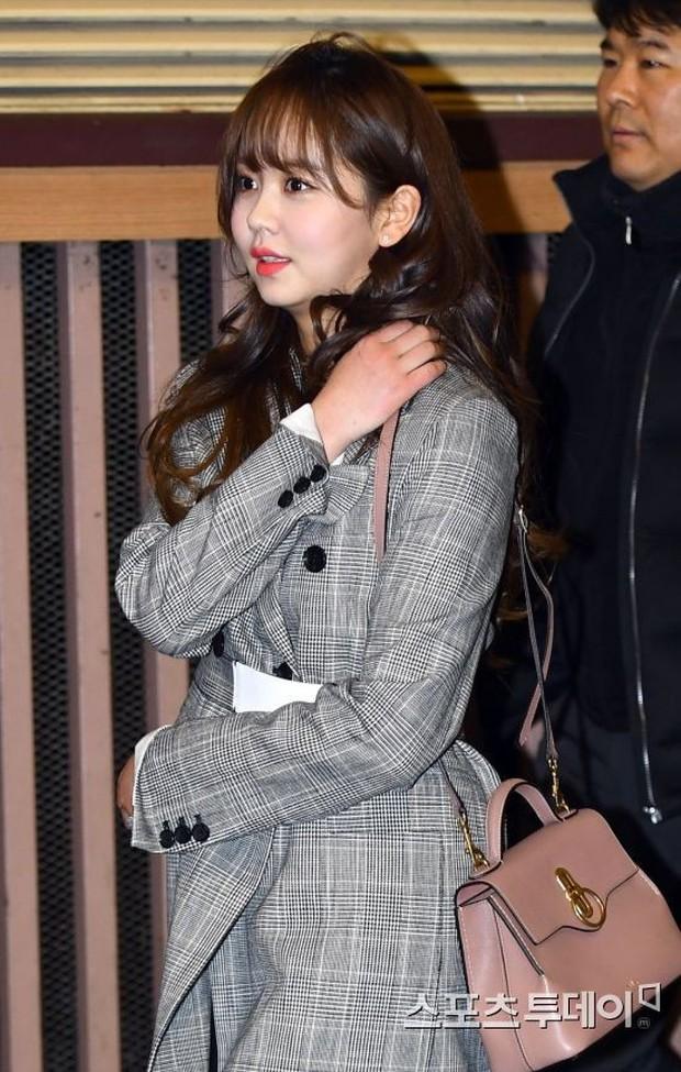 Muôn kiểu sao Hàn gây náo loạn khi đến trường: Sương sương đi học, đi thi thôi mà như dự sự kiện, đẹp tựa cảnh phim - Ảnh 21.