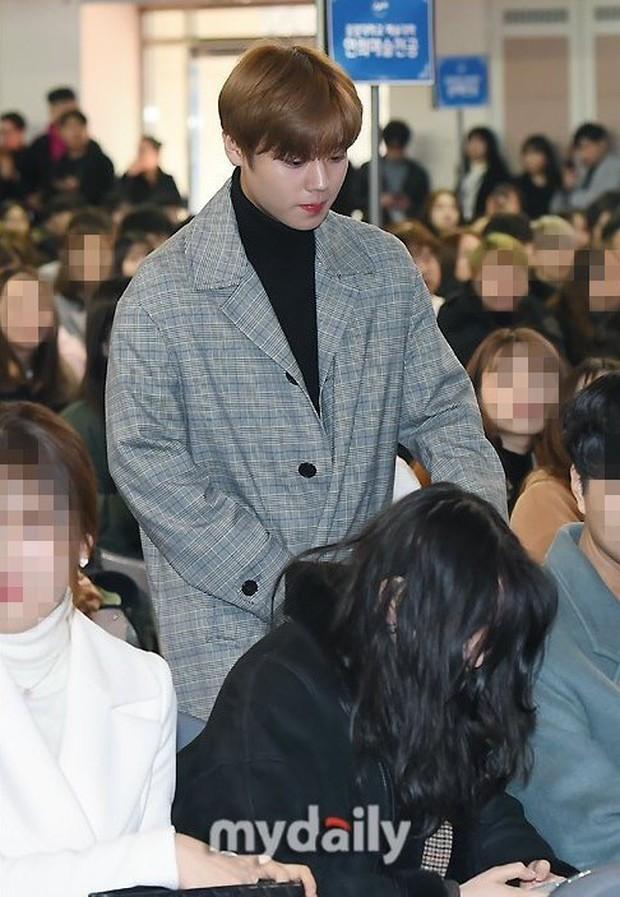 Muôn kiểu sao Hàn gây náo loạn khi đến trường: Sương sương đi học, đi thi thôi mà như dự sự kiện, đẹp tựa cảnh phim - Ảnh 30.