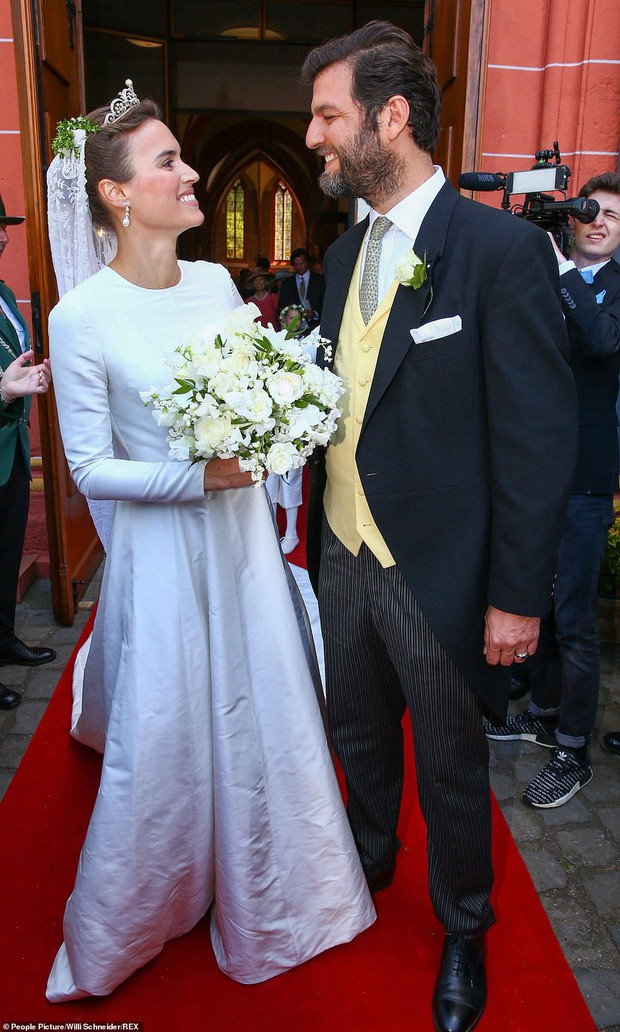 Thêm một Hoàng tử trên thế giới nữa kết hôn khiến bao cô gái tan giấc mộng, cô dâu bị soi chi tiết kém sang với váy cưới thảm họa - Ảnh 4.