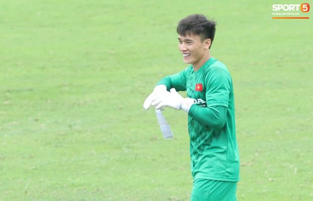 Bùi Tiến Dũng tập luyện cùng bóng tennis, khoe body cực chuẩn trong buổi tập thứ 2 của U23 Việt Nam - Ảnh 2.