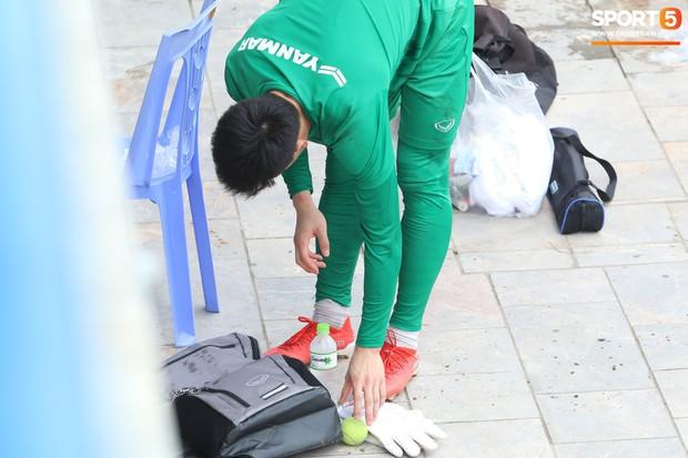 Bùi Tiến Dũng tập luyện cùng bóng tennis, khoe body cực chuẩn trong buổi tập thứ 2 của U23 Việt Nam - Ảnh 4.