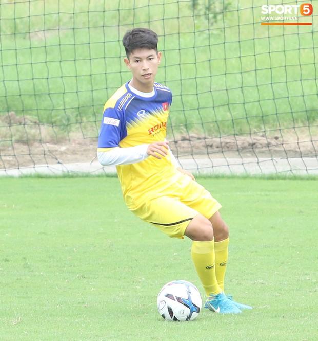 Bùi Tiến Dũng tập luyện cùng bóng tennis, khoe body cực chuẩn trong buổi tập thứ 2 của U23 Việt Nam - Ảnh 9.