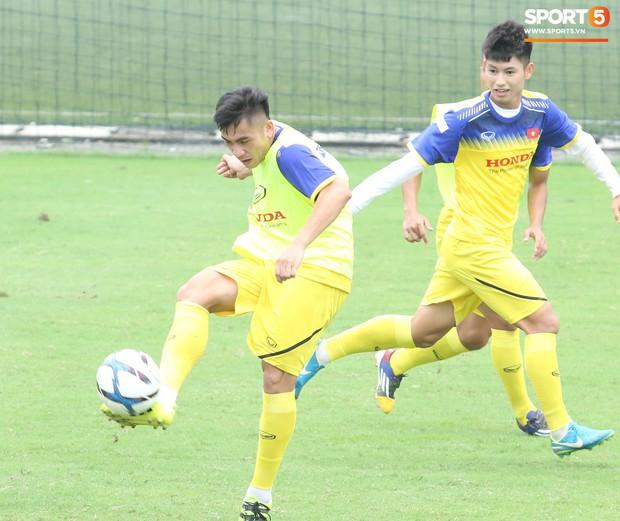 Bùi Tiến Dũng tập luyện cùng bóng tennis, khoe body cực chuẩn trong buổi tập thứ 2 của U23 Việt Nam - Ảnh 1.