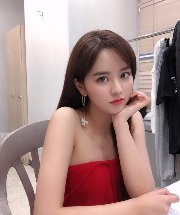 Sau Kim Yoo Jung, đến nữ thần nhí Kim So Hyun mạnh dạn xén luôn mái tóc dài và nhan sắc của cô nàng gây náo loạn - Ảnh 1.