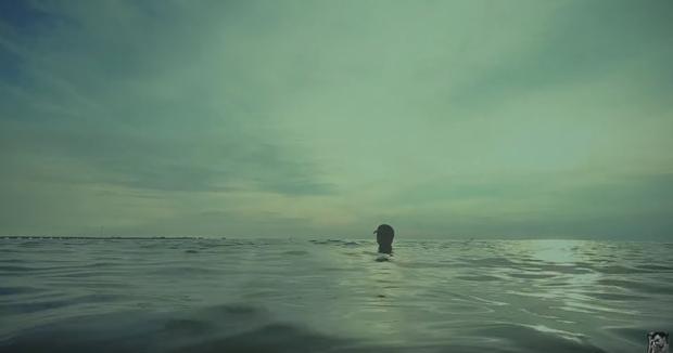 Ngâm mình dưới biển từ đầu đến cuối trong MV mới, Đen Vâu vẫn mang về hơn nửa triệu views sau 1 đêm! - Ảnh 3.