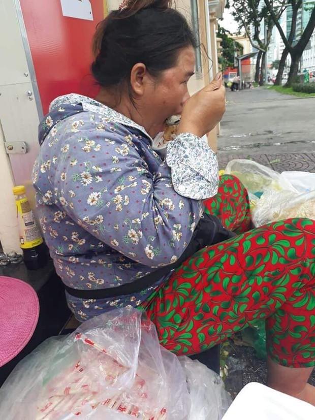 Sự hào phóng của chị bán đồ ăn ven đường Sài Gòn cùng câu nói bất ngờ sau nhiều lần từng bị quỵt tiền khiến bao người ấm lòng - Ảnh 1.
