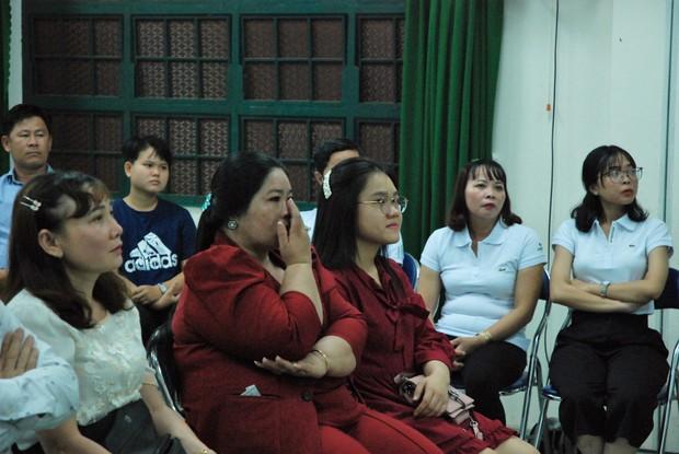 Ảnh: Học sinh TP.HCM lau tay cho cha mẹ trong buổi lễ tri ân - Ảnh 1.