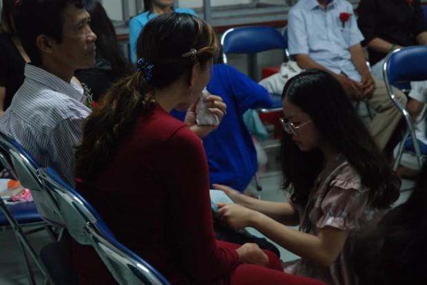 Ảnh: Học sinh TP.HCM lau tay cho cha mẹ trong buổi lễ tri ân - Ảnh 4.