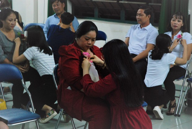 Ảnh: Học sinh TP.HCM lau tay cho cha mẹ trong buổi lễ tri ân - Ảnh 5.