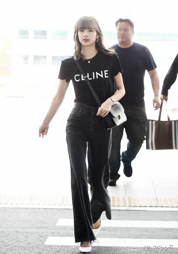 Em gái quốc tế Lisa (BLACKPINK) lại khiến sân bay náo loạn: Mặc tối giản mà xinh như búp bê sống, khí chất miễn bàn - Ảnh 1.