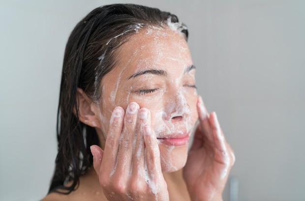 Đây chính là những thói quen rửa mặt sai lầm mà bạn nên sửa ngay để bảo vệ làn da tốt hơn - Ảnh 1.
