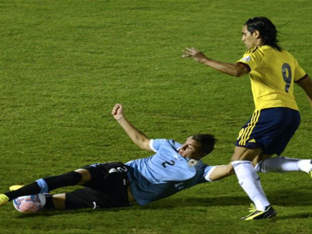 Đỉnh cao đánh lạc hướng: Trung vệ trẻ điển trai Jose Gimenez (Uruguay) khiến Mãnh hổ Falcao phát điên vì hàng loạt câu hỏi gây lú - Ảnh 2.