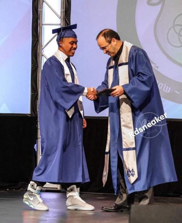 Mang đôi Sneaker giá hơn 2,2 tỷ đến dự lễ tốt nghiệp, nam sinh khiến thầy hiệu trưởng bối rối, nhìn không chớp mắt - Ảnh 1.