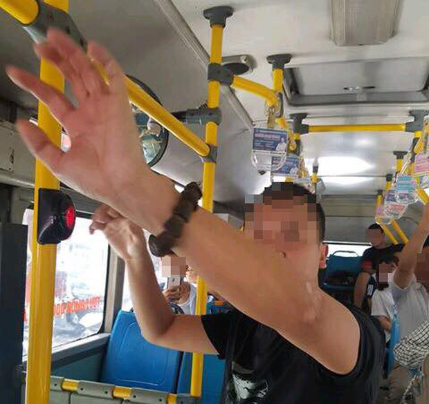 Hà Nội: Người đàn ông ngang nhiên tự sướng cạnh nữ sinh cấp 2 trên xe buýt gây phẫn nộ - Ảnh 1.