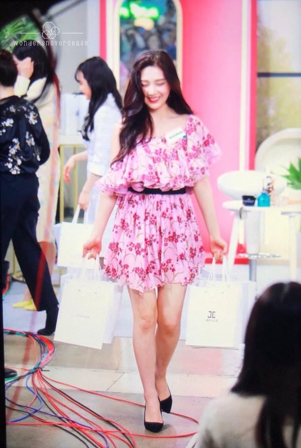 Với đôi chân nuột nà, liệu Jennie có đủ sức lấn át Joy và Park Min Young khi đụng đầm trăm triệu? - Ảnh 4.